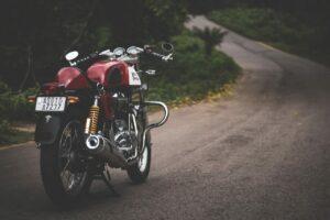 Rød motorsykkel på grusvei