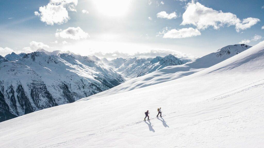 To personer på ski i fjellet