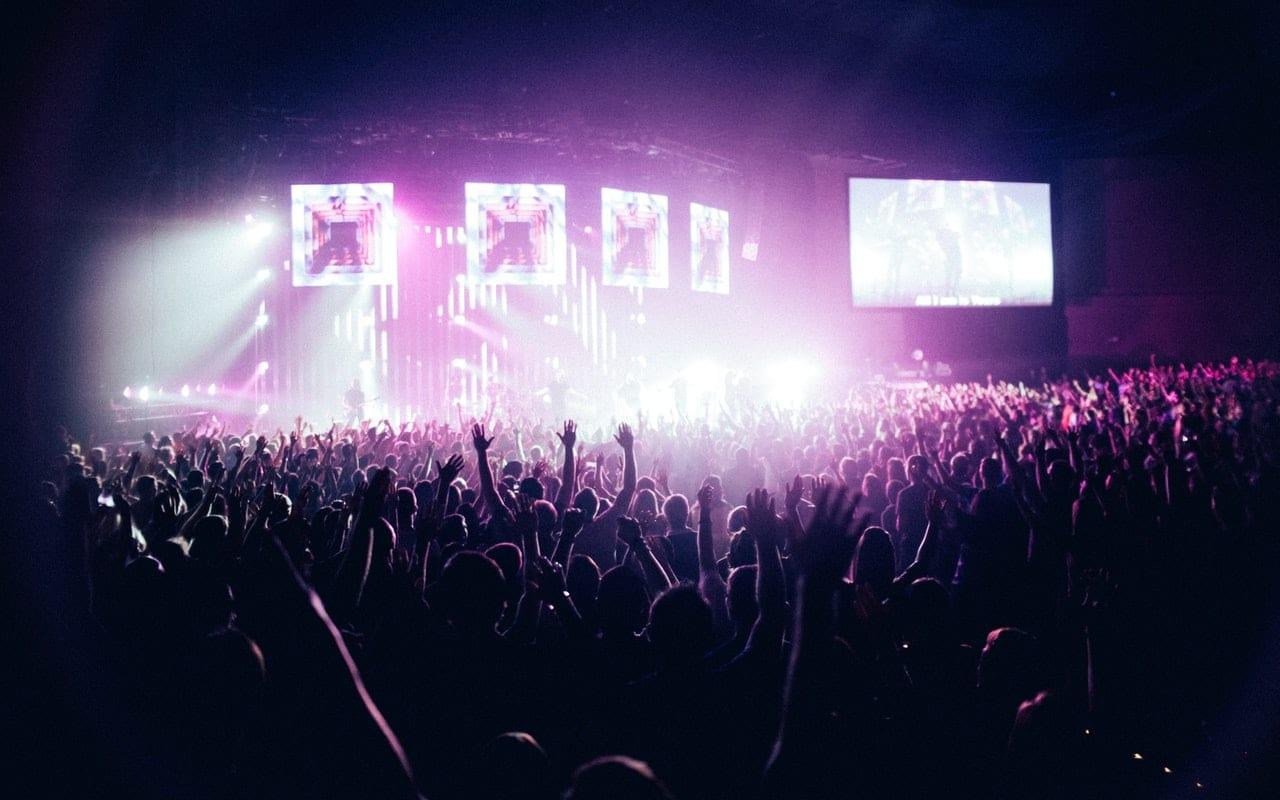 Menneskemengde foran scene med lysshow