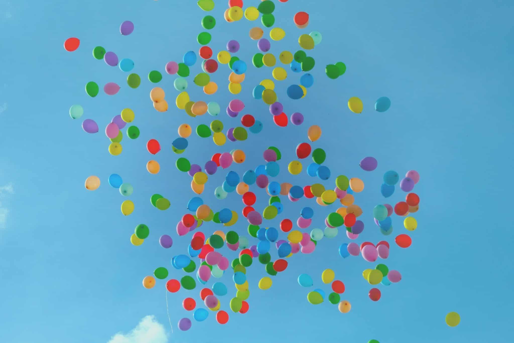 Fargerike ballonger mot blå himmel