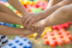 Barnehender som holder i hverandre
